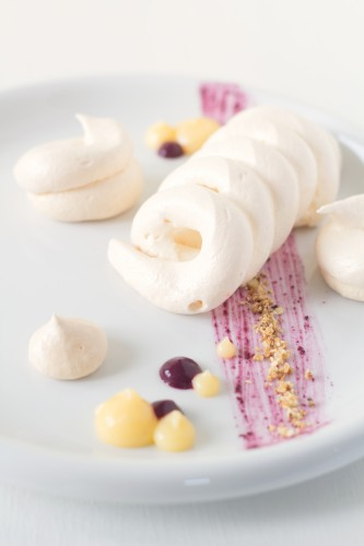 Deconstructed-pavlova-with-lemon-and-blueberry-curd-4