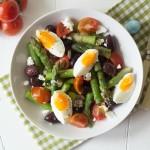 Salată de sparanghel și ouă roșii