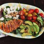 Salată Caprese cu pui şi avocado