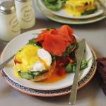 English buns cu ouă poşate şi somon afumat