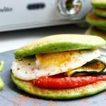 Mic dejun proaspăt: sandwich de clătite americane cu spanac, avocado și legume grill