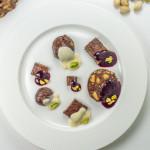 Salam de biscuiți cu sos de fructe de pădure și de vanilie