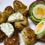 Avocado în bacon cu cartofi aromatizați