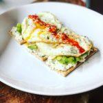 Mic dejun cu ouă fripte și avocado