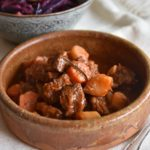 Tocană de vită și salată caldă de varză roşie şi gutui