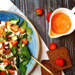 Salată de verdețuri și căpșune