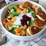 Mini pancakes pentru mic dejun cu fructe