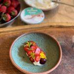 Desert fresh cu ricotta, fructe și tarhon