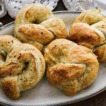 Covrigi pufoși umpluți cu mozzarella