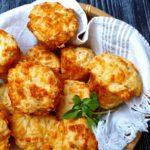 Brioșe sărate cu brânză cheddar și busuioc